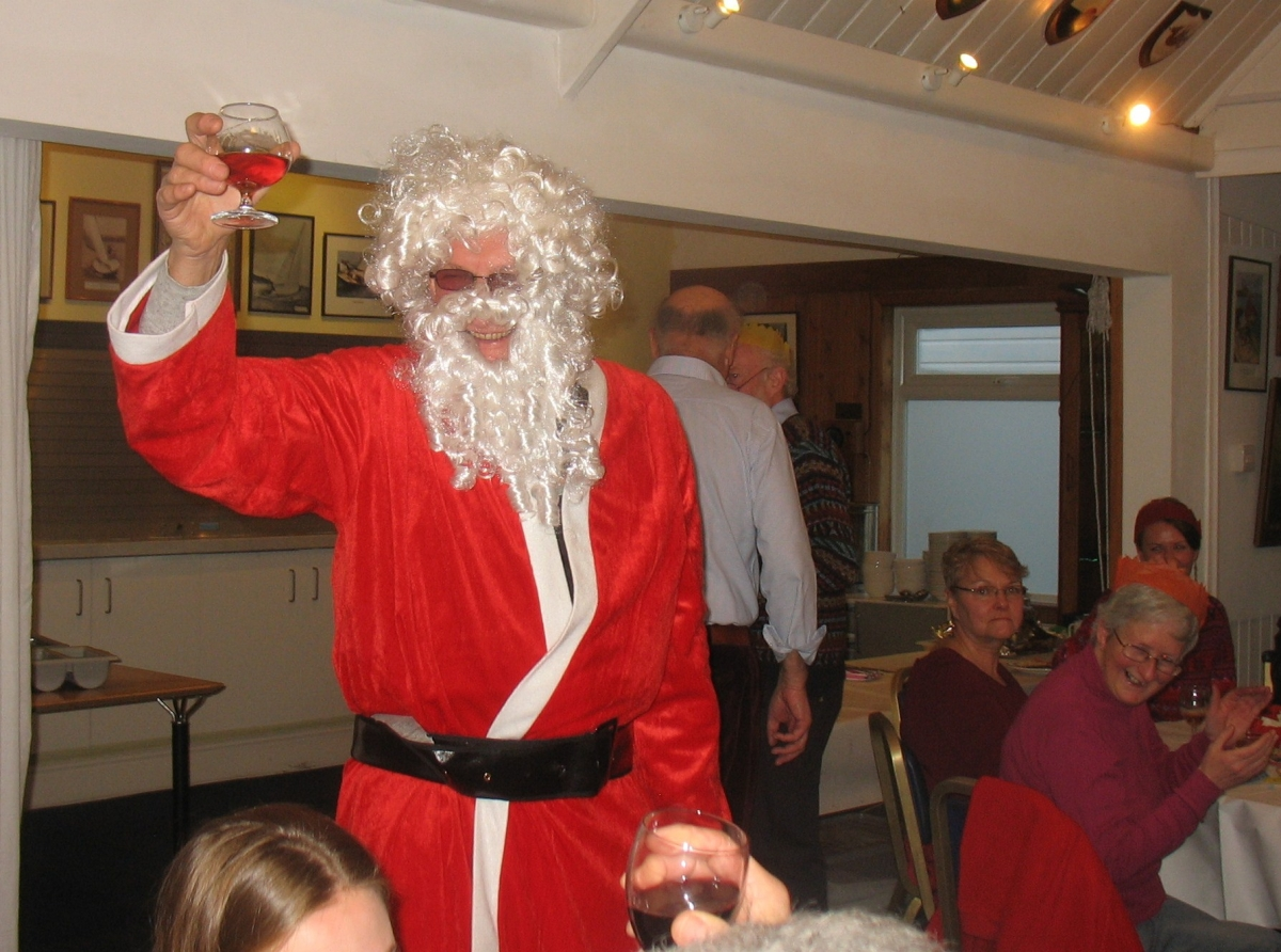 Santa breezed in to Tamesis Christmas Lunch during the carol singing